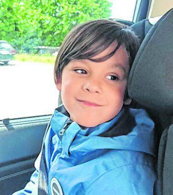"""<p>Maximilian, 8 Jahre, Dornbirn: Maximilian leidet am seltenen und noch wenig erforschten Gendefekt """"STXBP1"""" und einer Autismus-Spektrumsstörung. Der 8-Jährige kann nicht kommunizieren, weder sprachlich, noch mit unterstützter Kommunikation. Er hat eine kognitive Beeinträchtigung, die Teil seines Syndroms ist. Außerdem ist es schwierig einzuschätzen, was Maximilian versteht und wie er andere Gesten und Mimiken wahrnimmt. Seine sozialen Fähigkeiten sind deshalb stark eingeschränkt und er kann auch keine Gefahren einschätzen. Er benötigt in seinem Leben eine Betreuung, die rund um die Uhr für ihn da ist.</p>"""