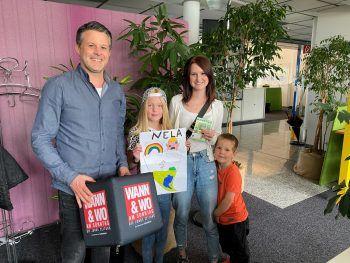 """<p class=""""caption"""">Nela und ihre Familie freuten sich riesig – auf dem Foto mit W&W-Herausgeber Mario Oberhauser.</p>"""