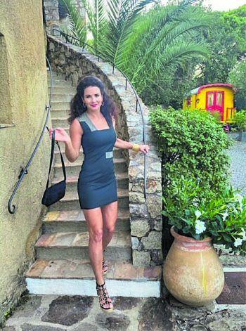 "<p class=""caption"">Sabrina im Frankreich-Urlaub.</p>"