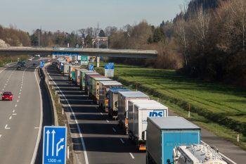 Schwerverkehrskolonne auf der A14 vor dem Pfändertunnel bei der Ausreise aus Vorarlberg.Fotos: handout/KlimaVOR!, Sams, ÖVP Alberschwende, Rode