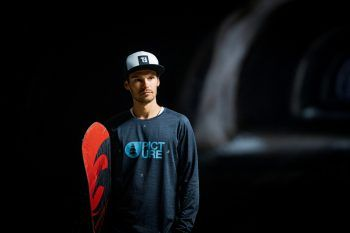 """<p class=""""caption"""">Thomas Feurstein mit seinem Snowboard.</p>"""