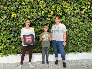 """<p class=""""caption"""">W&W-Trainee Sabine übergab Sabine und Felix die gewonnenen 200 Euro.</p>"""