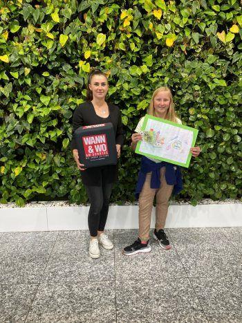 "<p class=""caption"">W&W-Verkaufsleiterin Sabrina Düringer mit Gewinnerin Natascha.</p>"
