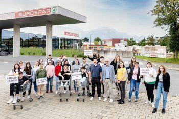 """<p class=""""caption"""">""""Willkommen in der SPAR-Familie! Für 40 Jugendliche beginnt ein neuer Lebensabschnitt mit einer Lehre bei SPAR Vorarlberg. Die Lehrlinge können sich auf eine vielfältige Ausbildung in einem krisensicheren Unternehmen freuen.""""</p>"""